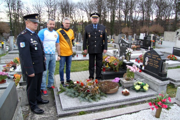 položení kytice u hrobu Martina Pekary