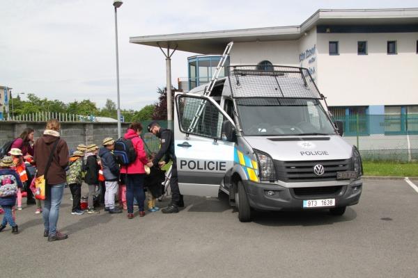 kolegové z PČR seznámili děti se svou technikou