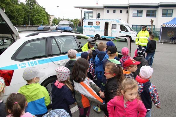 děti si mohly z blízka prohlédnout zásahové vozidlo