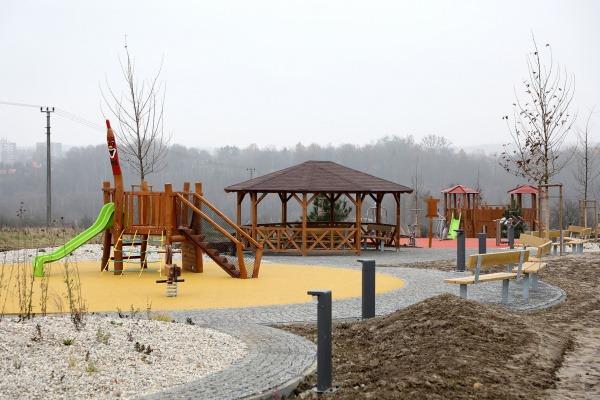 Dolní Suchá se vytouženého multifunkčního hřiště u mateřské školy dočkala. Děti si vyhrají, dospělí zacvičí