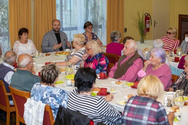 Havířovští senioři a primátor města si vychutnali společnou snídani