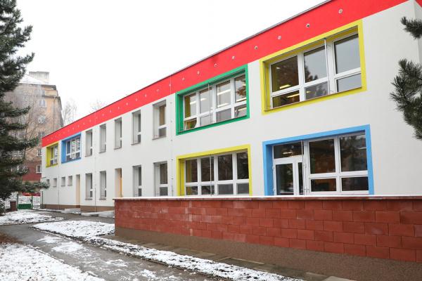 Mateřská škola Okružní na Šumbarku má nejen novou fasádu. Je zateplená a barevná