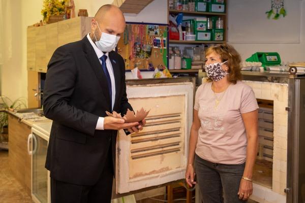 Slíbený finační dar dětskému domovu Sluníčko a centru sociálních služeb Santé, byl slavnostně předán