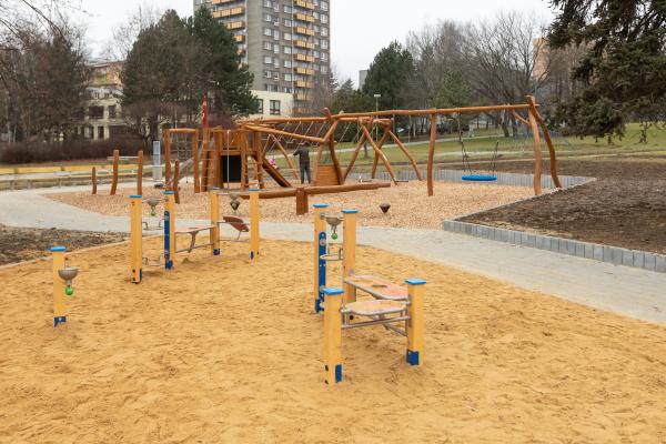"""Zchátralý vrak v """"parku pod soudem"""" nahradilo moderní a prostorné hřiště s odpočinkovou zónou"""