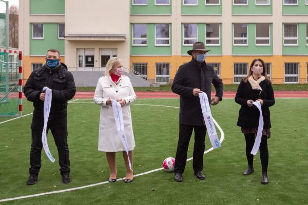 Školní hřiště v areálu základní školy 1. máje je po rekonstrukci. Má nový trávník, běžecký ovál i doskočiště