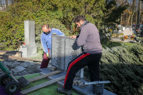 Památník obětem havířovského důlního neštěstí našel své místo na hřbitově v Havířově-Šumbarku