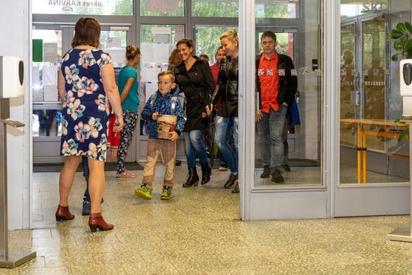 Začal nový školní rok, havířovské prvnáčky v lavicích přivítali zástupci města