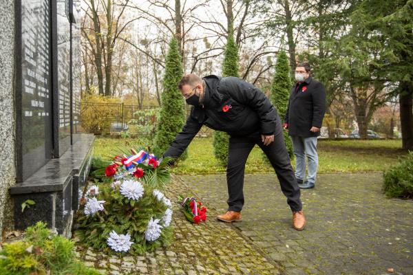 Pietní akt u příležitosti uctění památky obětí válek. Tradiční pietní akce byly zrušeny